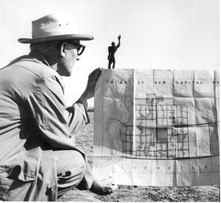 Le Corbusier met zijn plan van Chandiragh.  Beeld Fondation Le Corbusier