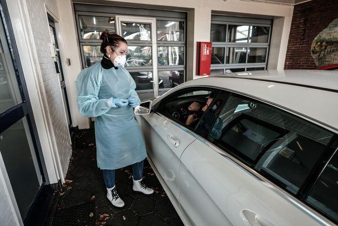 Een verpleegkundige voert bij uitvaartvervoerder Correct Monnereau de test uit. Foto: Jan Ruland van den Brink