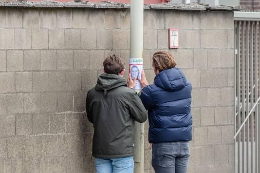 Vrienden en familie van Julie hangen posters op in Merksem.