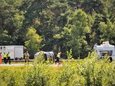 Auto op de kop, caravan op de zijkant en gekantelde bestelbus, veel ongelukken op de A12