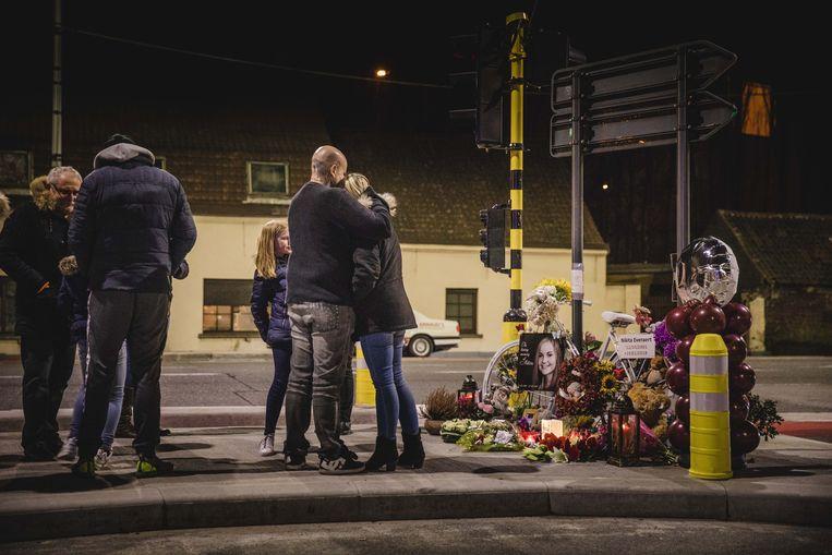 Ouders, vrienden en familie van Nikita hielden maandagavond hun eigen herdenking op de plaats van het ongeval.