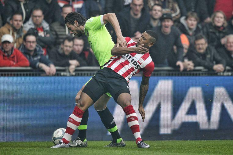 Luciano Narsingh in duel met Mitchell Dijks. Beeld ANP Pro Shots