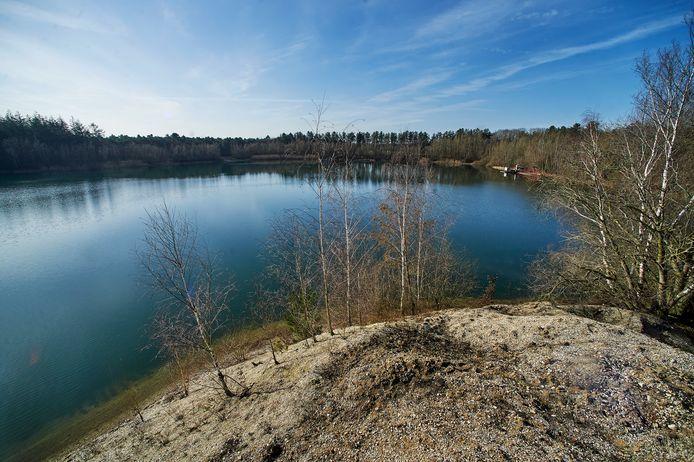 Aan de zuidkant van de plassen van Hofmans te Schaijk wordt op zeer korte termijn 8 hectare bos gekapt om een glooiende oever te kunnen maken
