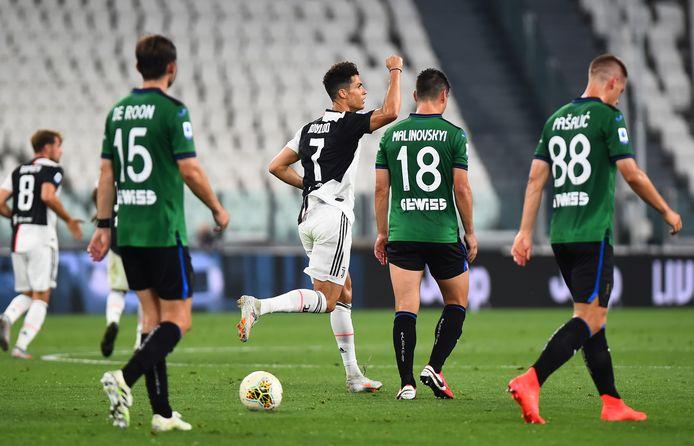 Cristiano Ronaldo juicht na zijn tweede rake penalty van de avond.