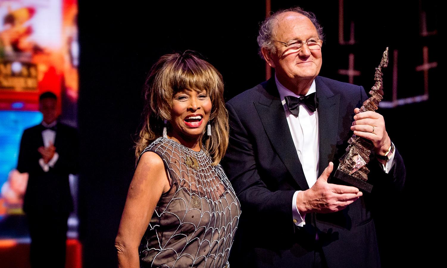 Joop van den Ende ontvangt uit handen van Tina Turner een Oeuvre Award het Musical Awards Gala.