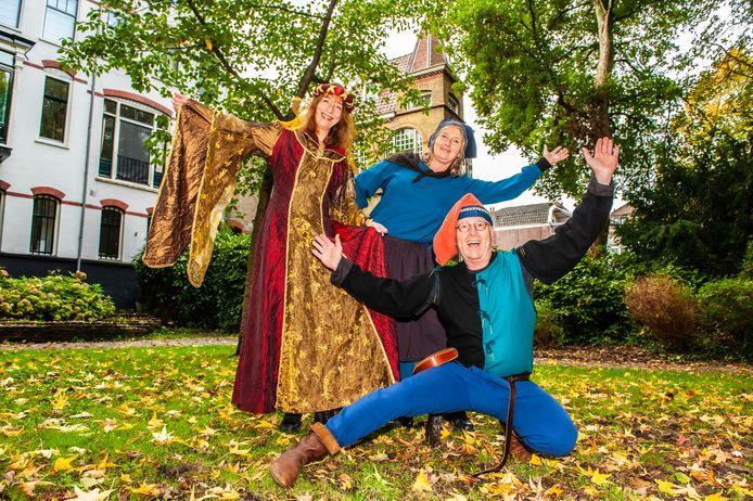 Ginetta Blokzijl, Anne-Marie Portiek en Dick Markvoort (v.l.n.r.) in het Houtmansplantsoen, waar tijdens het middeleeuwse festival Zotte Zaterdag riddertoernooien worden gehouden.