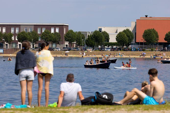 De Groote Wielenplas in Rosmalen trekt vooral veel jeugd aan.