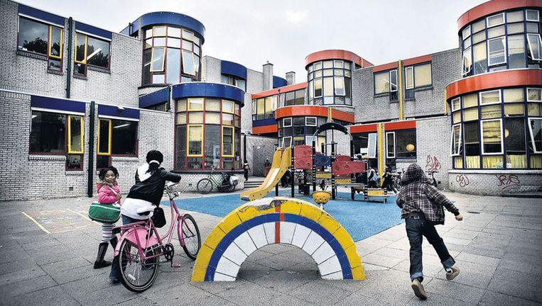Links (blauw) de openbare basisschool De Parel, die dicht gaat, rechts (rood) de katholieke basisschool De Pool. Foto Klaas Fopma Beeld