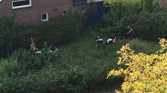 De politie schiet een verwarde man met mes neer.