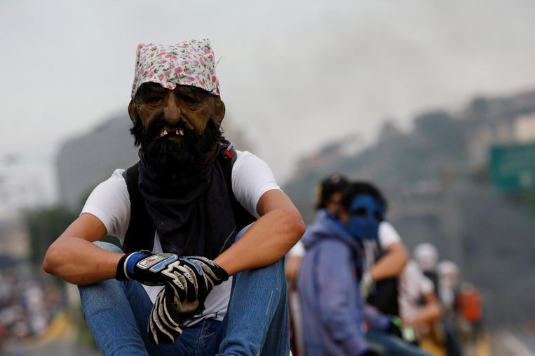 A demonstrator uses a mask during rally against Venezuela's President Nicolas Maduro in Caracas, Venezuela April 24, 2017. REUTERS/Carlos Garcia Rawlins Beeld afp