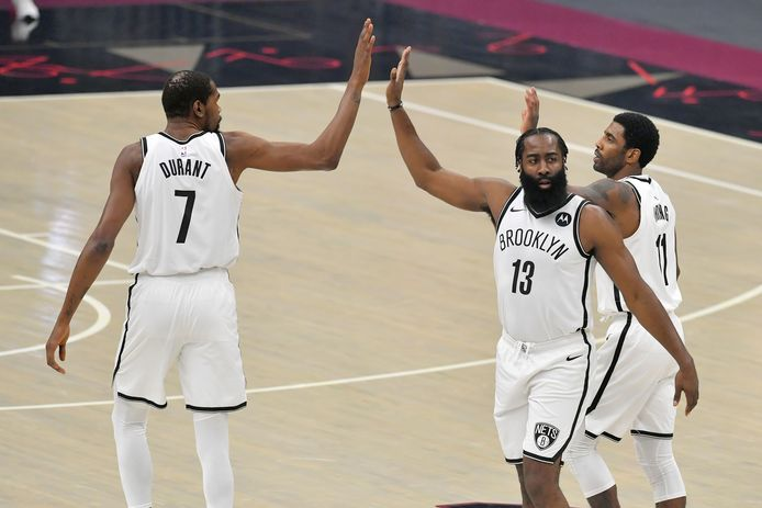 Kevin Durant (l), James Harden en Kyrie Irving  konden de nederlaag in Cleveland niet voorkomen.
