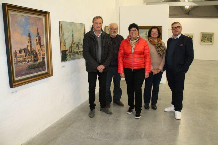 Schepen Jan Van Acker, archivaris Chris Vandewalle, Robie Van Outryve en Noëlla van Montanus 5 en burgemeester Lies Laridon presenteren de expo 'Diksmuidse meesters'.