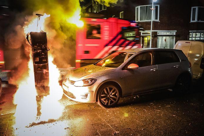 Aan de Paets van Troostwijkstraat in Den Haag gingen vier parkeerautomaten in vlammen op.