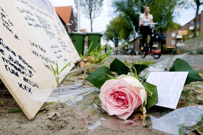 Passanten leggen bloemen neer en laten berichten achter op de plek waar Robin Verheijden vorige week werd aangereden.