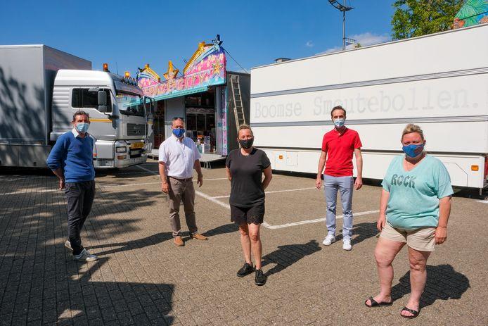 Schepenen Bart Dewandeleer (tweede van rechts) en Dirk Philips (tweede van links) zijn tevreden dat de kermiskramers opnieuw welkom zijn op het Kerkplein in Zaventem en in de Kerkdries in Sterrebeek.