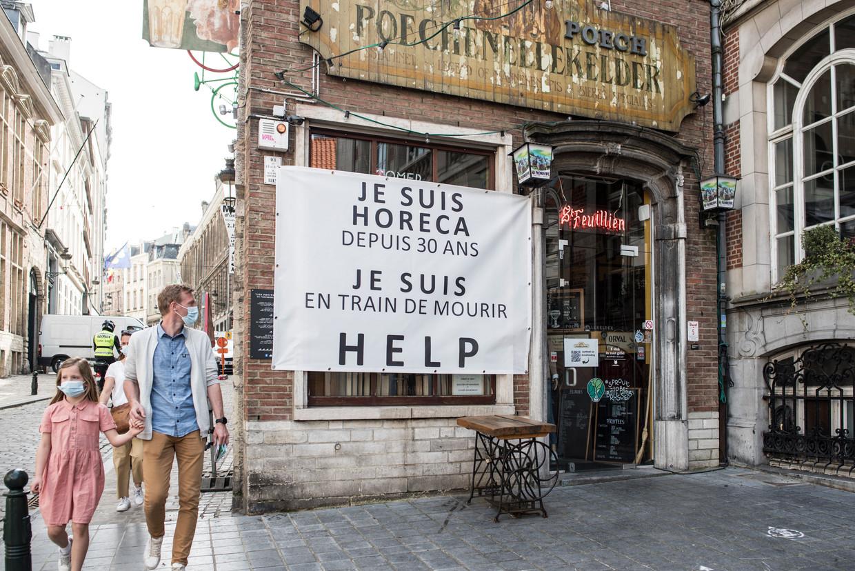 Een Brussels café. Kunnen de caféterrassen open op 8 mei, en de hele horeca in juni? Experts durven er hun hand niet voor in het vuur te steken. Beeld Tiene Carlier