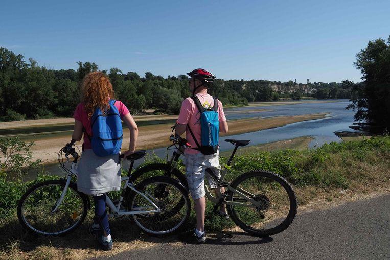 Fietsers bij de Loire nabij de Franse stad Tours. Actieve vakanties leveren een sneller herstel op dan passieve vakanties. Beeld AFP