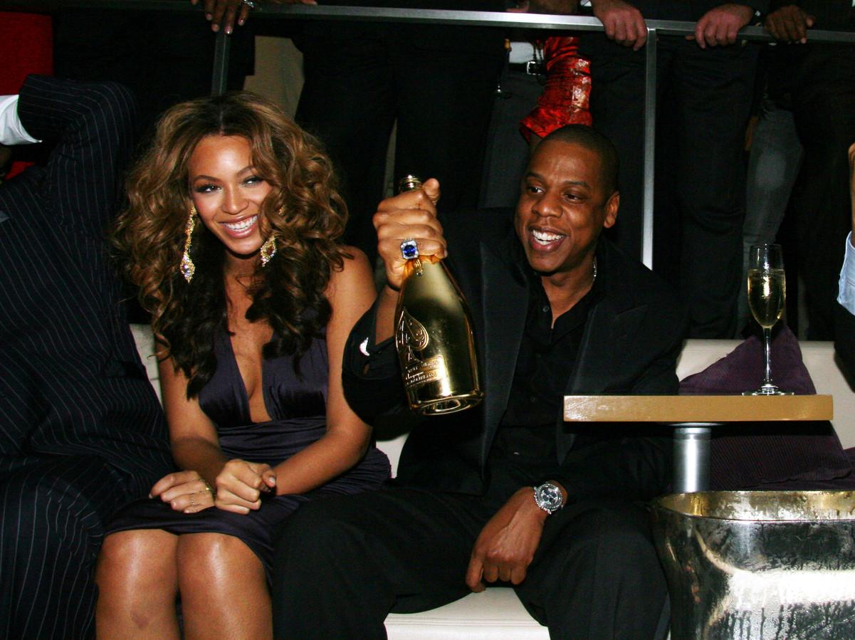 Rapper Jay-Z, hier met zijn vrouw Beyoncé, kocht in 2014 de exclusieve verkooprechten van het champagnemerk Armand de Brignac.