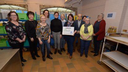 Vrouwelijke raadsleden schenken cheque aan voedselbank De Stamper