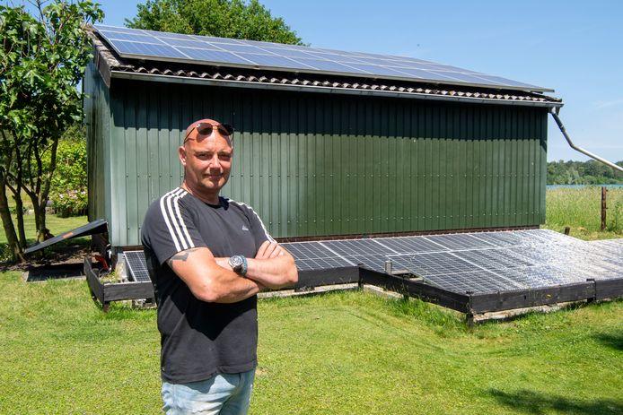 Simon van Leijen uit Kloosterhaar heeft 37 zonnepalen op zijn werkschuur en in de tuin liggen. Hoewel de zon hard schijnt en de mussen van het dak vallen, heeft hij problemen met teruglevering van energie aan het net.