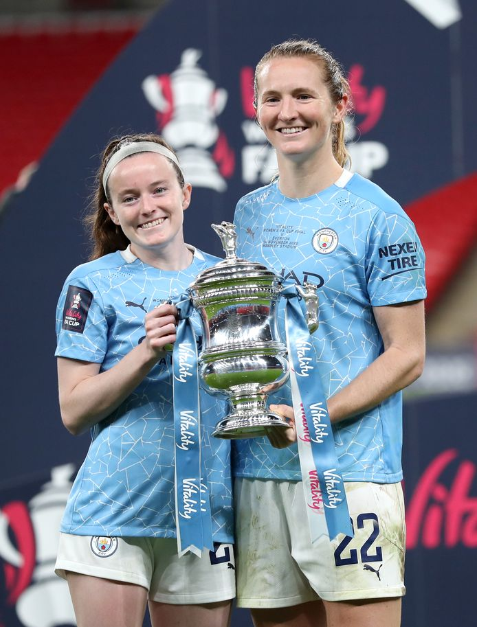 De Amerikaanse wereldkampioenen Rose Lavelle en Sam Mewis met de FA Cup.