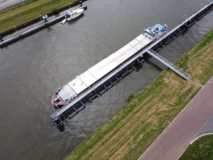Gifschip Imatra ligt voor anker in het Zwolle-IJselkanaal nadat gebleken is dat de lading graan een te hoog gehalte fosfine bevat.