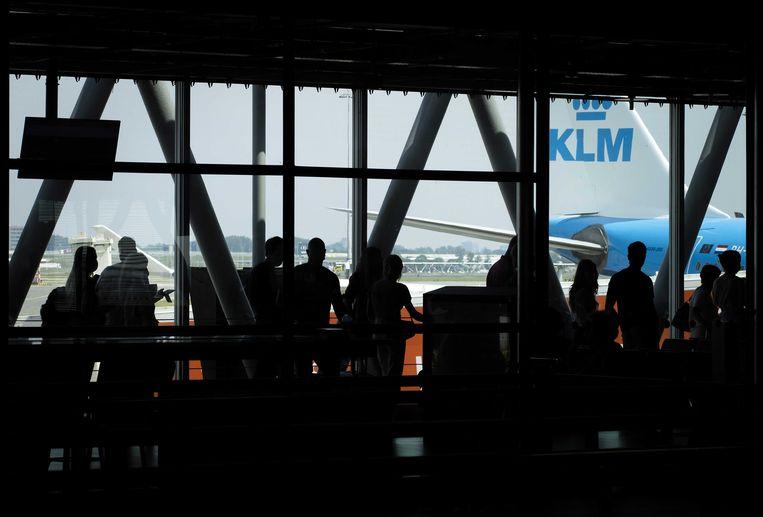 Reizigers bij een gate op Schiphol. Beeld ANP