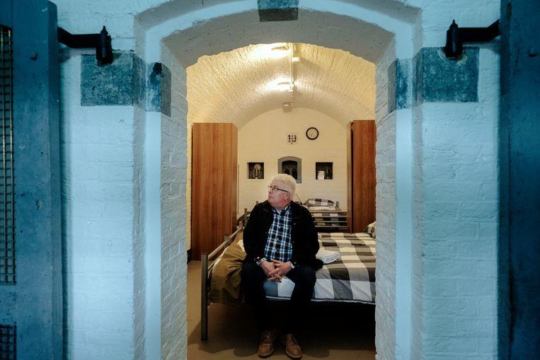 Martin van Drunen in de slaapzaal in fort Bakkerskil, waar zijn moeder zat opgesloten. Beeld Merlin Daleman