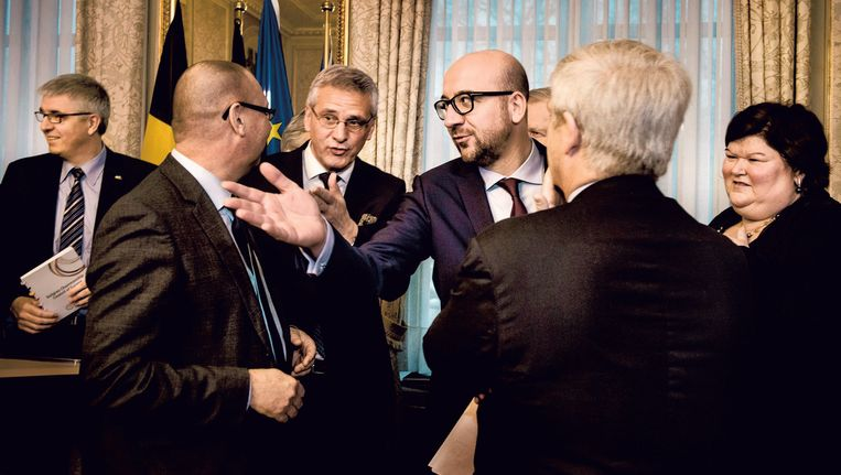 Premier Michel en zijn topministers ontvangen de Groep van Tien. Na maanden van sociale spanningen is de sfeer opvallend relaxed. Beeld Eric de Mildt