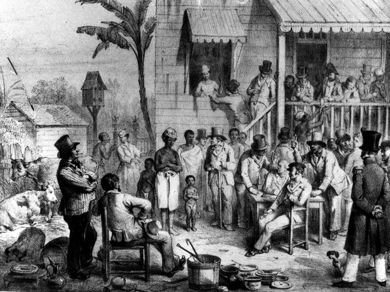 Slavenhandel in Suriname, openbare verkoop van een slavin met haar twee kinderen, 1839. Beeld Nationaal Archief/Collectie Spaarnestad/Tekenaar onbekend