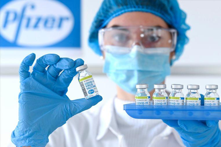 Pfizer gaat zijn leveringen anders tellen, nu zes in plaats van vijf dosissen vaccin uit één flacon gehaald mogen worden. Beeld Photo News