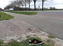Op vele plekken langs de oude Twenteroute liggen schoenen tussen fietspad en rijweg