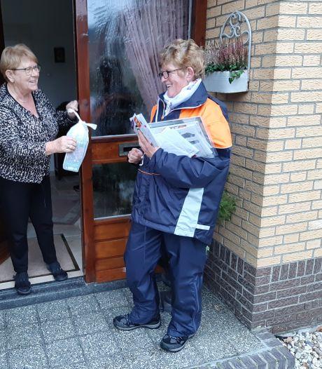 Postbode Willy schreef een zelfgemaakt kaartje voor ál haar 800 adressen: 'Ik ben er voor je, zei ze'
