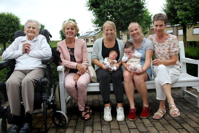 De kersverse mama's met hun dochter, hun mama's en grootmoeder.