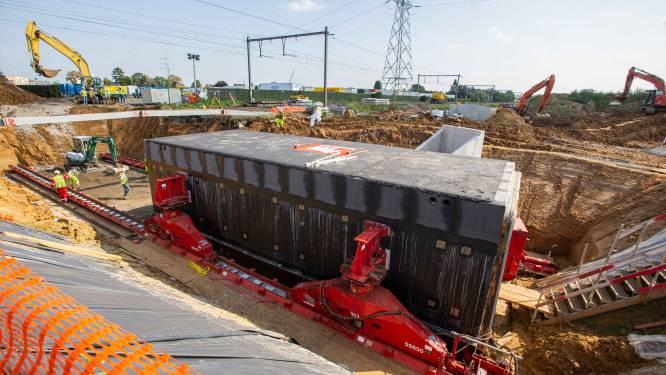 """Koker van 300 ton onder sporen geplaatst: """"Missing link van fietssnelweg tussen Asse en Brussel"""""""