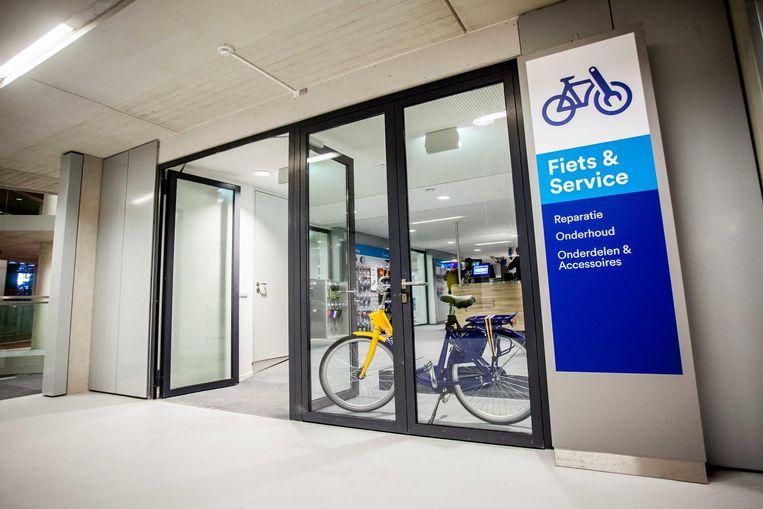 In de ondergrondse fietsenstalling staan 720 OV-fietsen en er is een winkeltje en werkplaats voor fietsreparaties. Beeld null