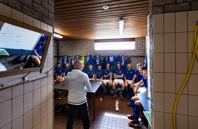 Fiducia uit De Rips in teambespreking in het kleedlokaal voorafgaand aan de wedstrijd.