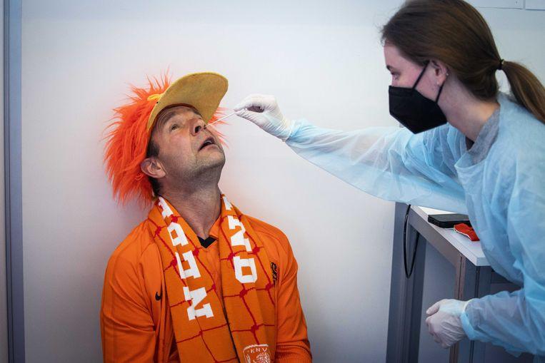 Een oranjesupporter ondergaat een PCR-test om de Johan Cruijff Arena in te mogen voor de EK-wedstrijd Nederland-Oekraïne. Beeld EPA