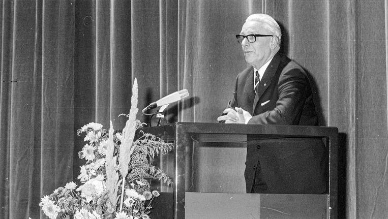 Bij zijn afscheid in 1966 kreeg Mijksenaar in de Rai de medaille van de stad Amsterdam. Beeld ANP