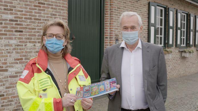 De burgemeesters van Ronse en Kluisbergen nemen deel aan de stickeractie van het Rode Kruis.