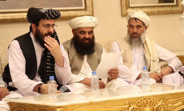 Leden van de Taliban-delegatie maandag tijdens het intra-Afghaanse overleg in de Qatarese hoofdstad Doha. Beeld AFP