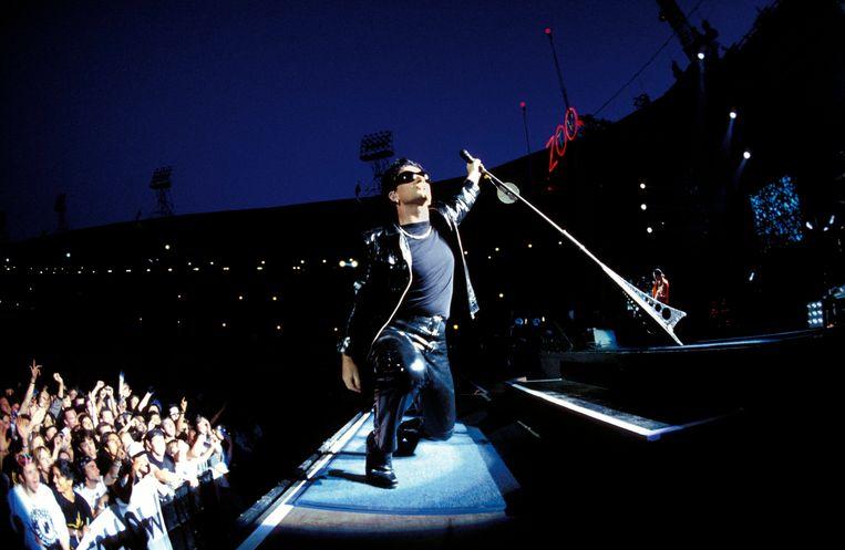 Bono tijdens de Zoo TV-tour in het Londense Wembley-stadion.  Beeld Redferns