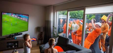 Linda en Jeroen uit Zwolle kijken het EK-voetbal vanuit hun tuin, op een enorm televisiescherm: 'Tóé dan'