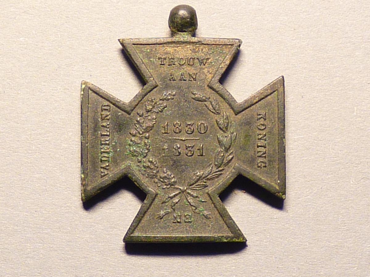Het Hasselts Kruis is gemaakt uit twaalf in België geroofde kanonnen tijdens de Tiendaagse Veldtocht in augustus 1831. Alle deelnemers aan de Veldtocht werden onderscheiden met deze medaille.