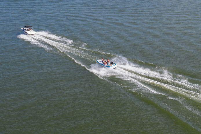 Speedbootjes 'racen' over de Randmeren.