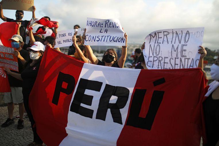 Mensen gaan de straat op na het aftreden van president Manuel Merino. Beeld REUTERS