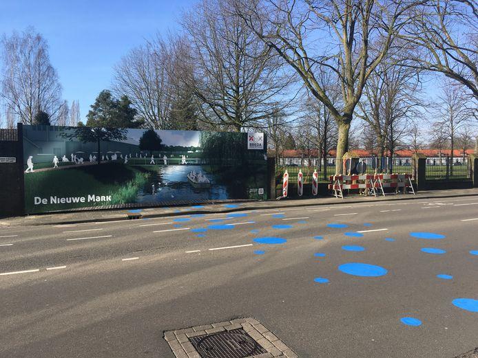 Blauwe stippen markeren de plek waar de Nieuwe Mark straks de Fellenoordstraat kruist.