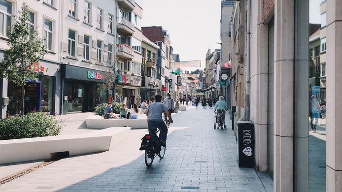 De Kattestraat. De fietsersbond vraagt de fietsende Aalstenaar om zijn snelheid in winkelstraten aan te passen.