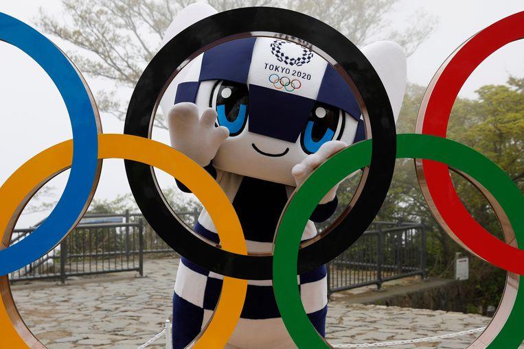 Mascotte Miraitowa groet de sportfans, op minder dan honderd dagen voor de start van de Spelen in Tokio. Beeld AP