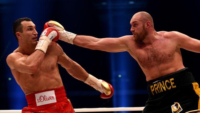 Fury (r) zorgde op 28 november van vorig jaar voor een enorme verrassing door in Düsseldorf Vladimir Klitschko te verslaan op punten. Beeld AFP
